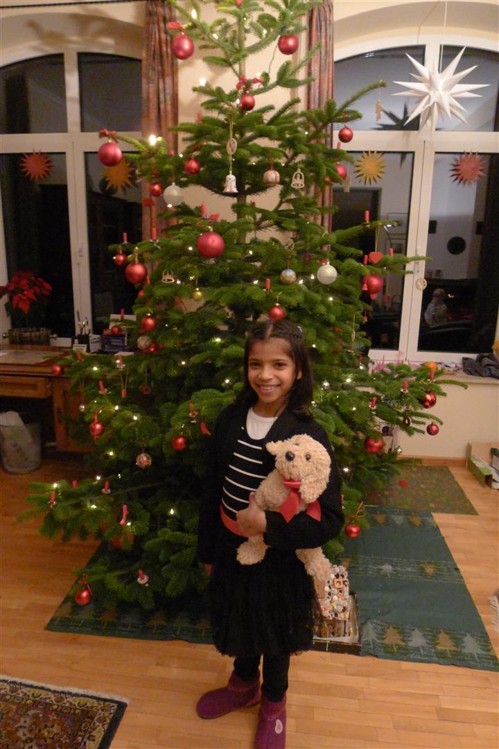 18-mamta-by-the-weihnachtsbaum