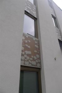decorative screens between windows in recess